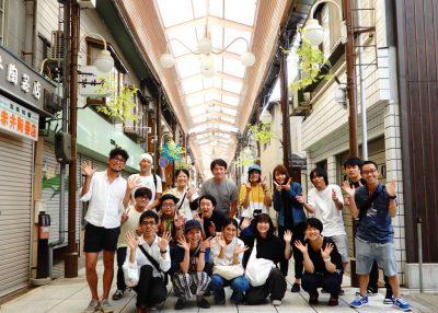 福知山ワンダーマーケットの実行委員メンバーと出店者の集合写真