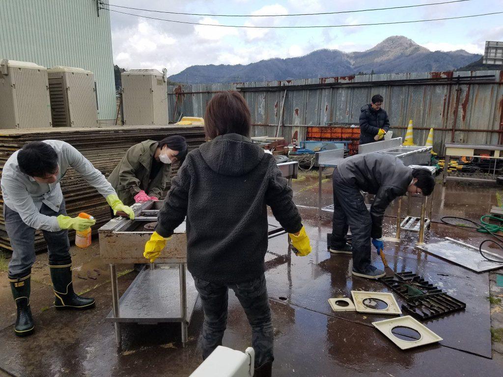 アーキテンポに使用する調理器具を洗浄するメンバー