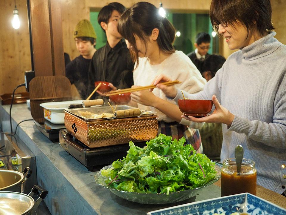 GLC懇談会(ミヤサイの料理をとる参加者)