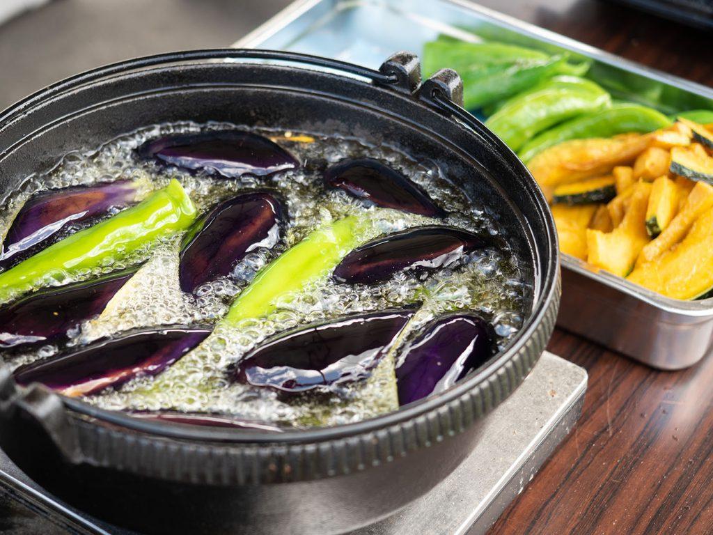 福知山産の野菜を素揚げする様子